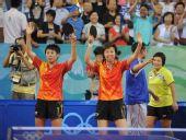 图文:乒乓球女团中国队摘金 张怡宁和郭跃庆祝