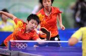 图文:乒乓球女团中国队摘金 郭跃很注意接回球