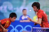 图文:乒乓球女团中国队摘金 张怡宁在专注发球