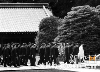15日,小泉等日本政界人士再次参拜靖国神社。