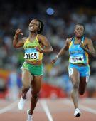 图文:牙买加选手夺100米金牌 弗雷泽高兴得蹦起