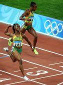图文:牙买加选手夺100米金牌 旁边是她的队友
