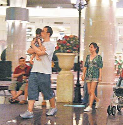 彭佳慧(右起)和老公、儿子甜蜜现身台北101逛街