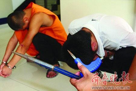 落网的嫌疑人和他们的作案工具。 郝鑫城 摄