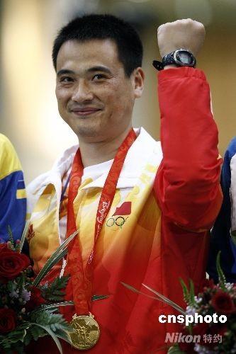 8月17日,男子50米步枪三种姿势决赛在北京射击馆进行,中国选手邱健夺得金牌。13:52分,男子步枪三姿第10轮邱健惊天逆转得金牌。本来以为得到银牌已经是最好的结果,一直领先的美国选手埃蒙斯虽没有像上一届奥运会一样脱靶,但是他最后一枪居然只打出了4.4环,埃蒙斯又一次把冠军送给了中国选手。 中新社发 盛佳鹏 摄