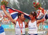 图文:赛艇搭档情深图  获得冠军的英国选手