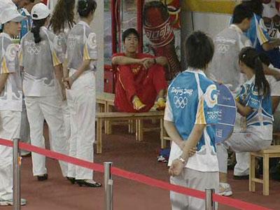 图文:男子110米栏预赛 刘翔场边休息
