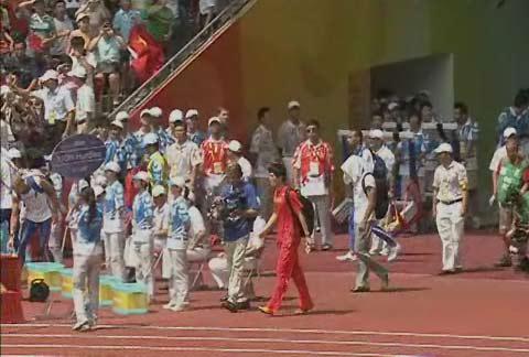 图文:刘翔进入场地准备比赛 走向场地