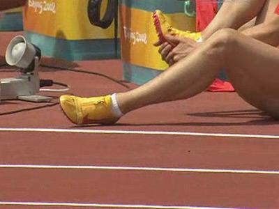 图文:男子110米栏预赛 刘翔受伤脚部细节