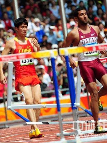 图文:110米栏预赛刘翔因伤退赛 抢跑失效