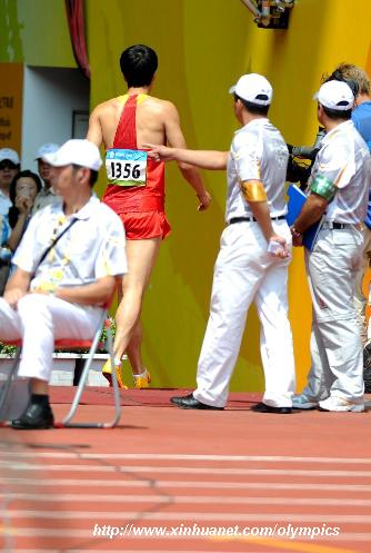 8月18日,在奥运男子110米栏第一轮比赛中,中国名将刘翔因伤退出比赛。