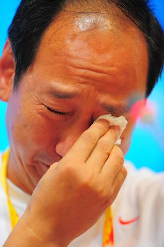 图文:刘翔退赛发布会上孙海平落泪 擦拭泪水