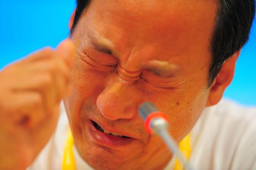 图文:刘翔退赛发布会上孙海平落泪 痛哭失声