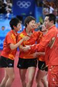 图文:中国女团折桂 庆祝胜利