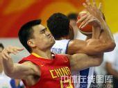 图文:奥运男篮预赛中国迎战希腊 姚明表情