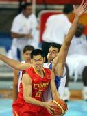 图文:奥运男篮预赛中国迎战希腊 对方防守