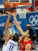 图文:奥运男篮预赛中国迎战希腊 篮下争抢