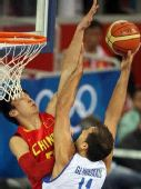 图文:奥运男篮预赛中国迎战希腊 篮下防守
