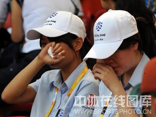 图文:男子110米栏预赛刘翔因伤退赛 观众哭泣