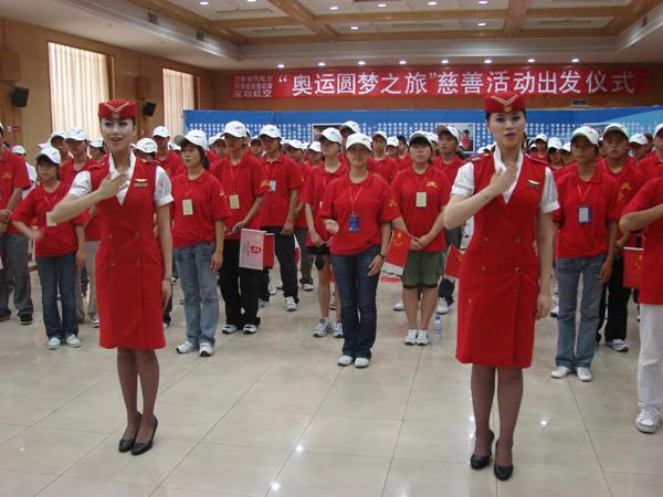 """周峰摄/8月11日,""""奥运圆梦之旅""""举行出行仪式。深航空姐表演手语歌..."""