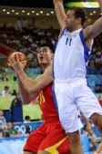 图文:中国男篮VS希腊 姚明伺机投篮