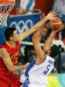 图文:男篮预赛中国队半场落后希腊 严防死守
