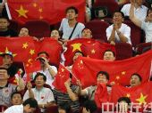 图文:男篮预赛中国队半场落后希腊 热情球迷