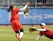 图文:女垒中国0-9美国 孙莉与张爱接球失误