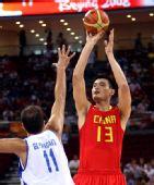 图文:小组赛中国男篮VS希腊 姚明跃起跳投