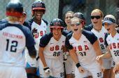 图文:女垒中国0-9美国 队员获得胜利开怀大笑