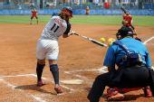图文:女垒中国0-9美国 弗劳尔斯在比赛中击球