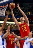 图文:中国男篮77-91希腊 姚明篮下与对手争球