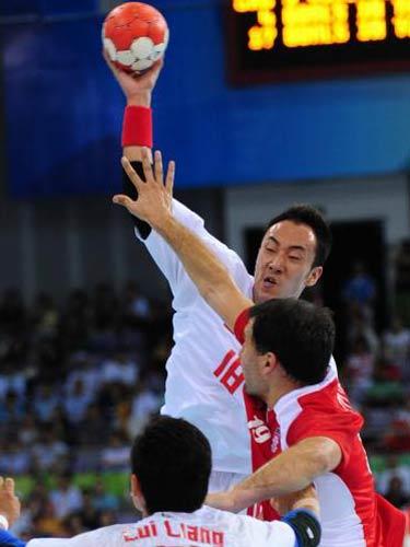 图文:男子手球中国落后克罗地亚 跃起进攻