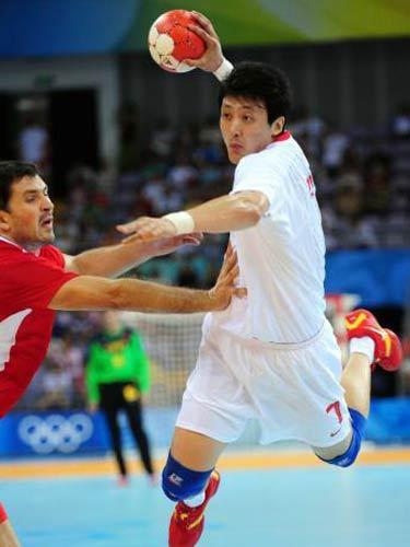 图文:男子手球中国落后克罗地亚 避开防守