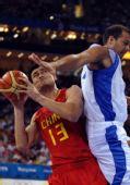 图文:中国男篮77-91希腊 姚明进攻受阻