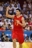 图文:中国男篮77-91希腊 姚明庆祝得分