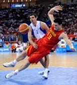 图文:中国男篮77-91希腊 姚明在比赛中摔倒