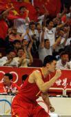 图文:中国男篮77-91希腊 姚明为队友鼓劲