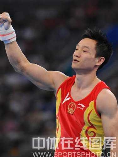 图文:奥运会男子吊环决赛杨威出战 握拳致意