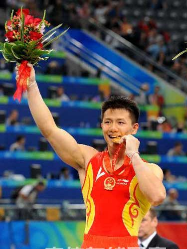 图文:奥运会男子吊环陈一冰勇夺冠军 亲吻金牌