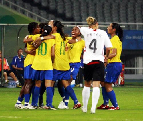 图文:巴西4-1德国 巴西队庆祝胜利