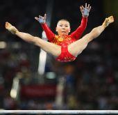 图文:何可欣夺得高低杠冠军 高难度动作