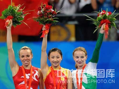 图文:奥运会女子蹦床何雯娜夺冠 高举鲜花