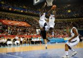 图文:男篮美国胜西班牙 詹姆斯争抢篮板球