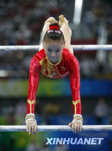 8月18日,中国选手何可欣在高低杠比赛中。当日,在国家体育馆进行的北京奥运会体操高低杠决赛中,何可欣以16.725分的成绩夺得冠军。 新华社记者林慧摄