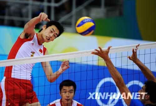 8月18日,中国队球员边洪敏(左)在比赛中扣杀。当日,在北京奥运会排球男子小组赛中,中国队以2比3负于意大利队。新华社记者王建华摄