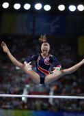 图文:体操―高低杠决赛战报 柳金做高难动作