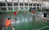 图文:林丹夺冠激励母校小学员 努力联系羽毛球
