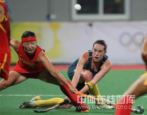 图文:女曲中国2-2澳大利亚 一球引起如此专注