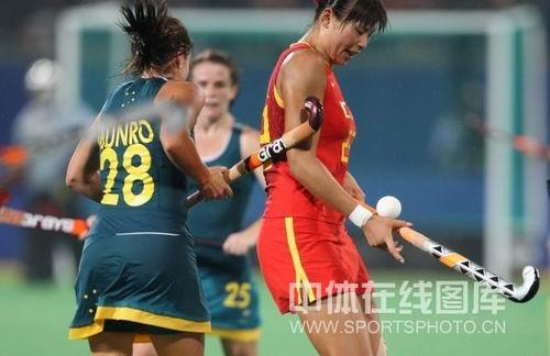 图文:女曲中国2-2澳大利亚 双人包夹我国队员